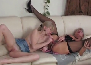Double dildo sex between mom and daughter